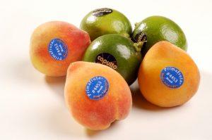Fruta com adesivo de validade