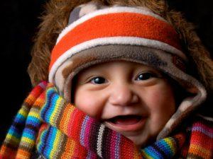 Criança agasalhada com muitas blusas