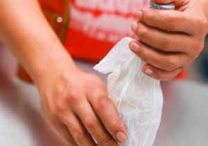 Resfriar garrafa pet com papel molhado