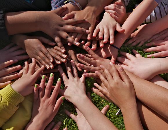 Crianças fazendo trabalho voluntário