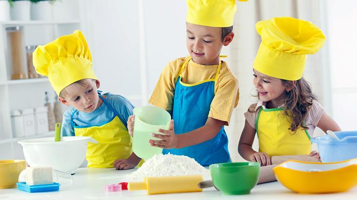 Crianças brincando de cozinhar