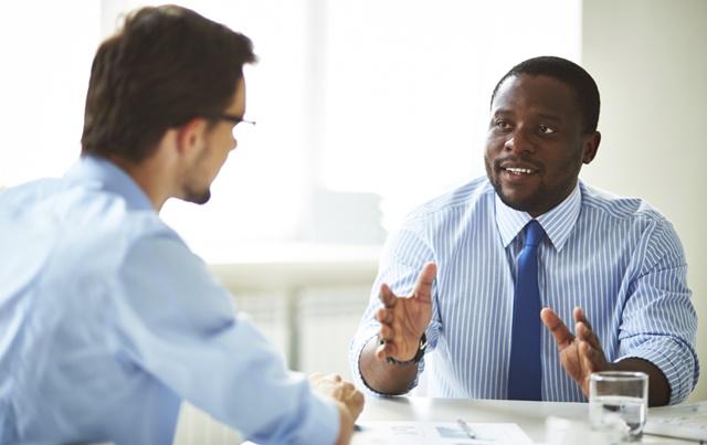 Chefe e funcionário discutindo seu rendimento de trabalho